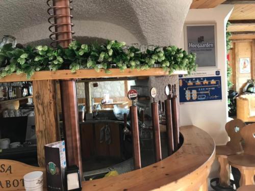 allestimenti-fiori-piante-artificiali-birreria-luppoli-bancone-2