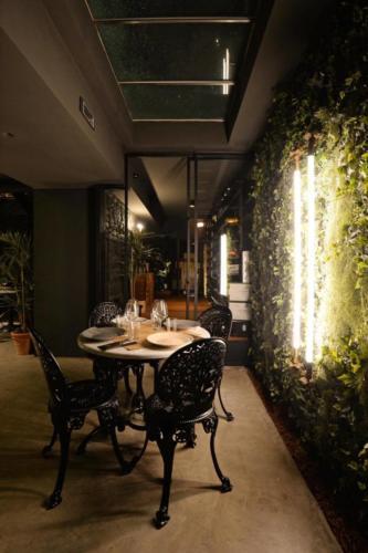 allestimenti-fiori-piante-artificiali-birreria-luppoli-bancone-5