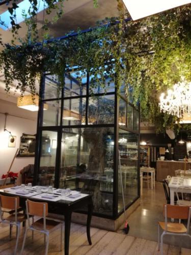 allestimenti-fiori-piante-cadenti-soffitto-artificiali-ristorante-1