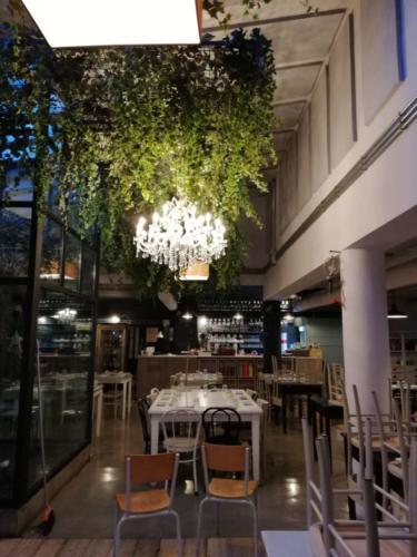 allestimenti-fiori-piante-cadenti-soffitto-artificiali-ristorante-2