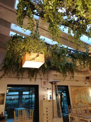 allestimenti-fiori-piante-cadenti-soffitto-artificiali-ristorante-3