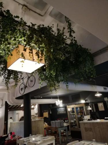 allestimenti-fiori-piante-cadenti-soffitto-artificiali-ristorante-4