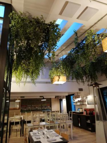 allestimenti-fiori-piante-cadenti-soffitto-artificiali-ristorante-7